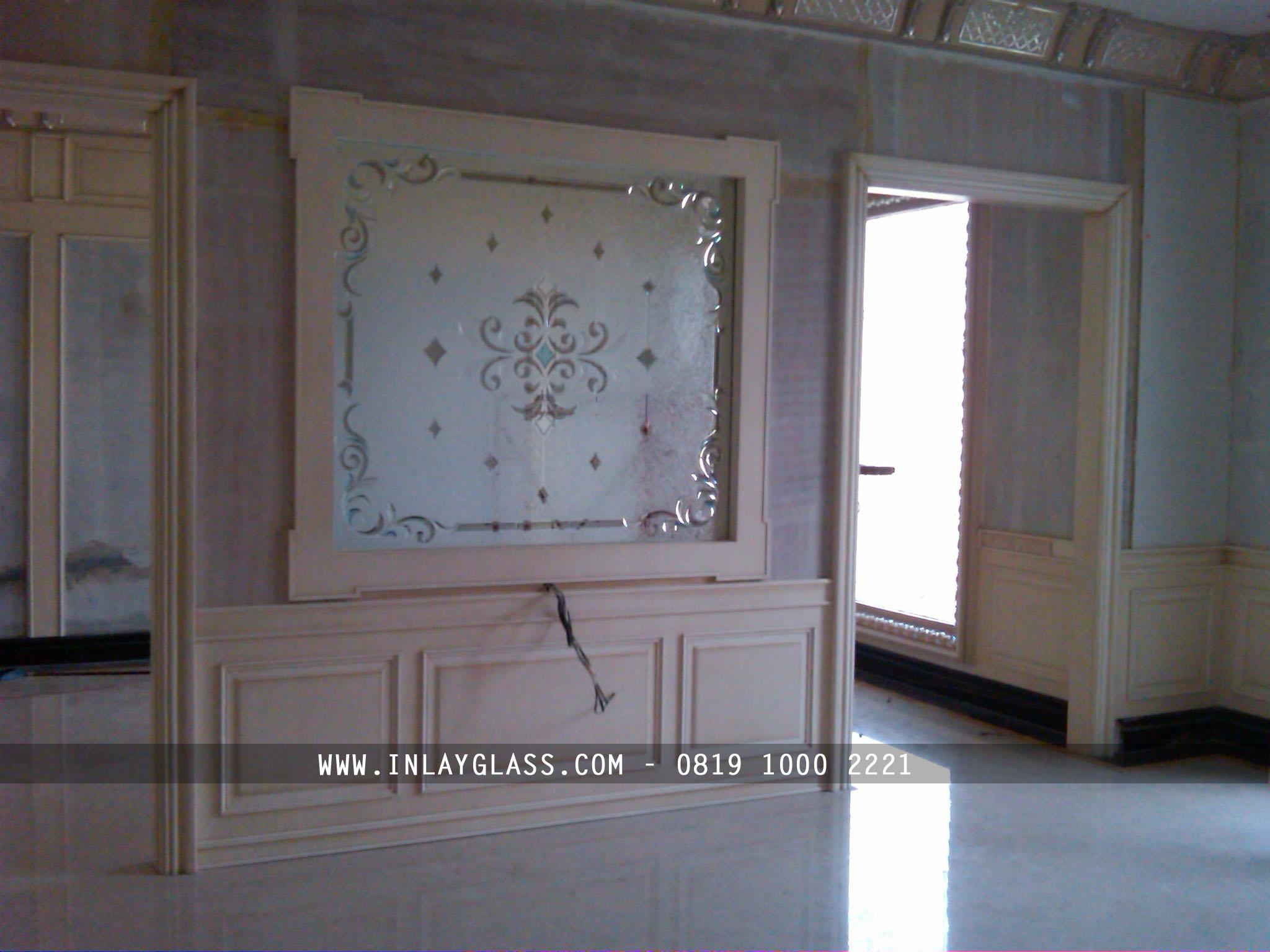 Desain Interior Elegan Dengan Penyekat Ruangan Berbahan Kaca Inlay